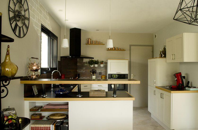 Création d'ambiance à Kervignac, pièce de vie, mezzanine, cuisine, by Agence BFB, cuisine avec parement de briques