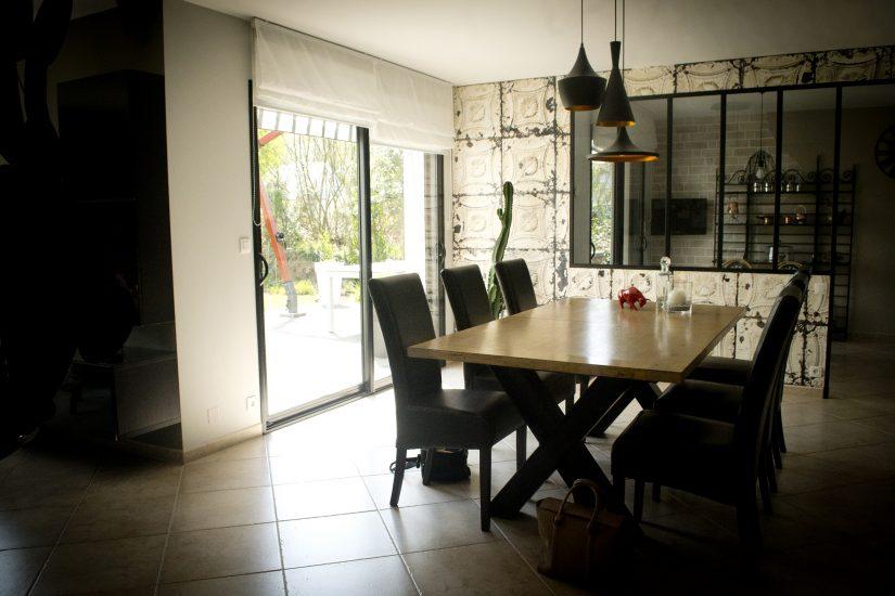 Création d'ambiance à Kervignac, pièce de vie, mezzanine, cuisine, by Agence BFB, papier peint industriel, verrière et table piétement acier