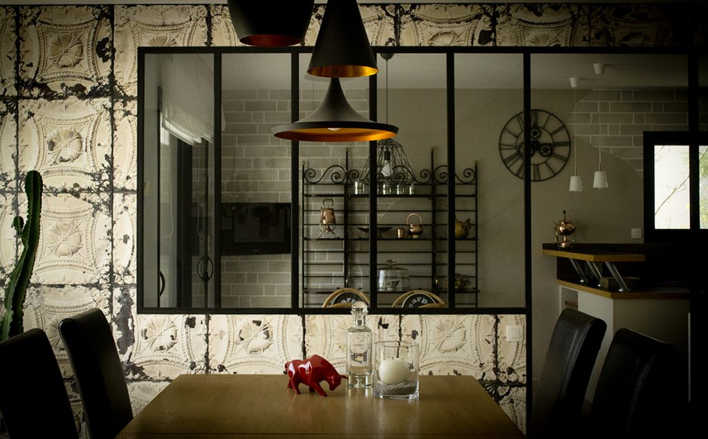 Création d'ambiance à Kervignac, pièce de vie, mezzanine, cuisine, by Agence BFB, verrière, papier peint industriel, lampes Tom Dixon