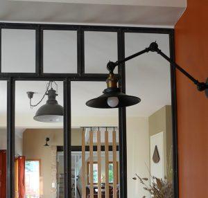 Aménagement cuisine & mobilier espace repas à Ploemel, by Agence BFB, Morbihan, verrière acier, lampes industrielles
