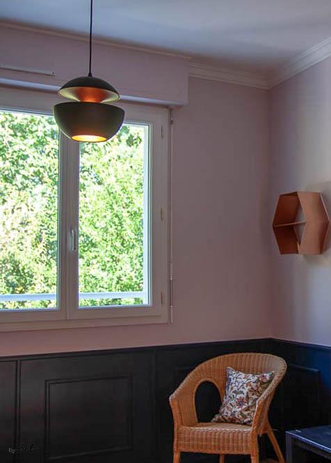 Relooking magistral salon et espace repas, Agence BFB, Bretagne et île de Ré - étagère laiton, lampe Tom Dixon