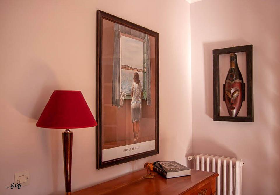 Relooking magistral salon et espace repas, Agence BFB, Bretagne et île de Ré - livre et tableau Dali