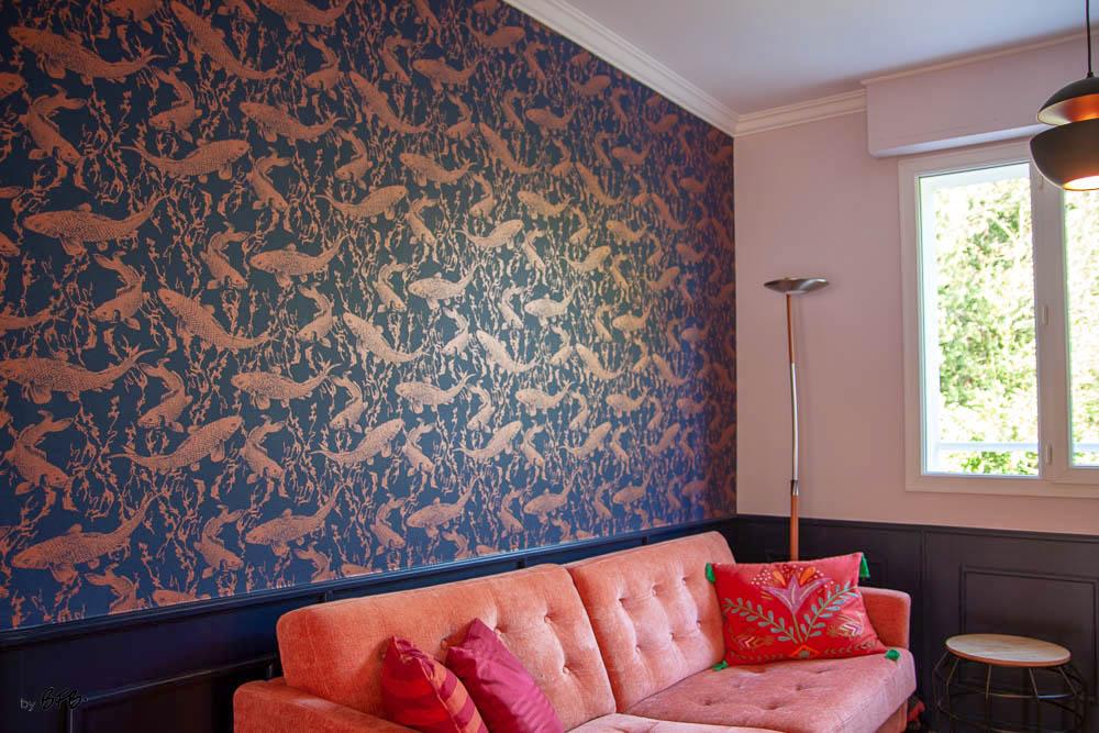 Relooking magistral salon et espace repas, Agence BFB, Bretagne et île de Ré - revêtement mural HW truites roses sur fond bleu marine, soubassement bois peint bleu marine, canapé velours rose
