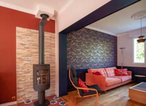 Relooking magistral salon et espace repas, Agence BFB, Bretagne et île de Ré - passage bleu marine vers le salon, sous bassement bleu marine, canapé velours rose
