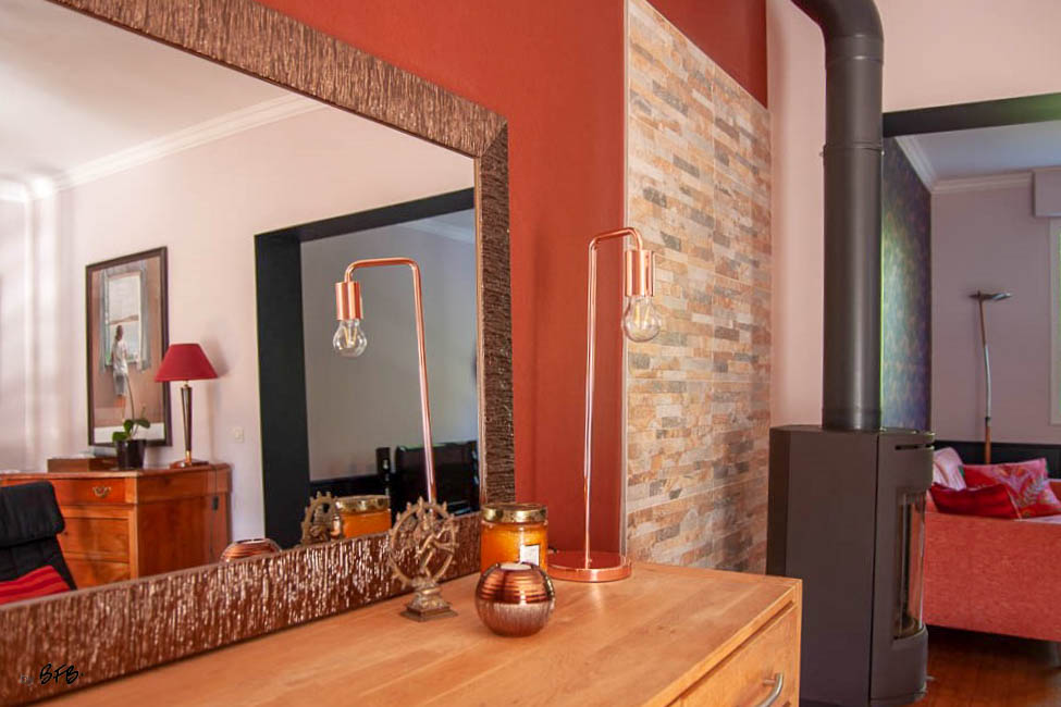 Relooking magistral salon et espace repas, Agence BFB, Bretagne et île de Ré - séjour couleur terracotta et salon bleu marine, canapé velours rose