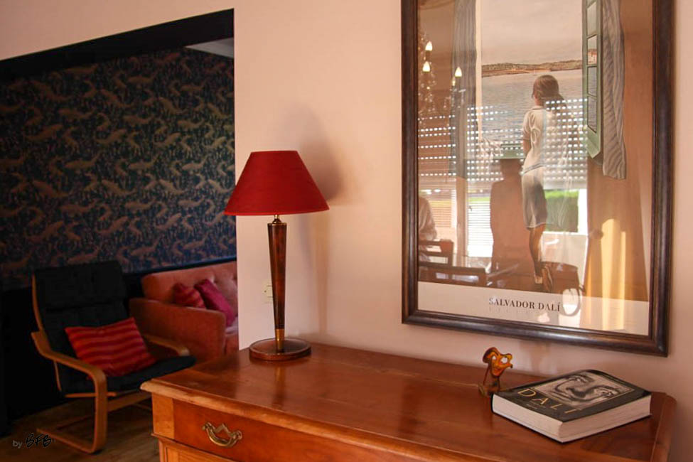 Relooking magistral salon et espace repas, Agence BFB, Bretagne et île de Ré - vue sur le salon , passage peint en bleu marine