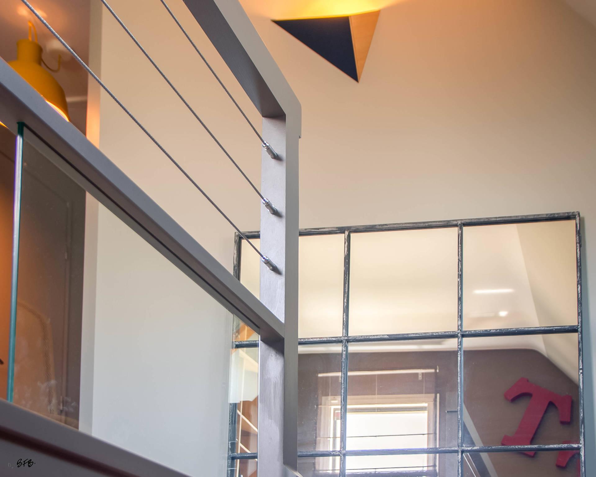 Réaménagement d'un hall d'entrée avec création ambiance à Guidel, by Agence BFB Lorient, escalier repeint et miroir acier