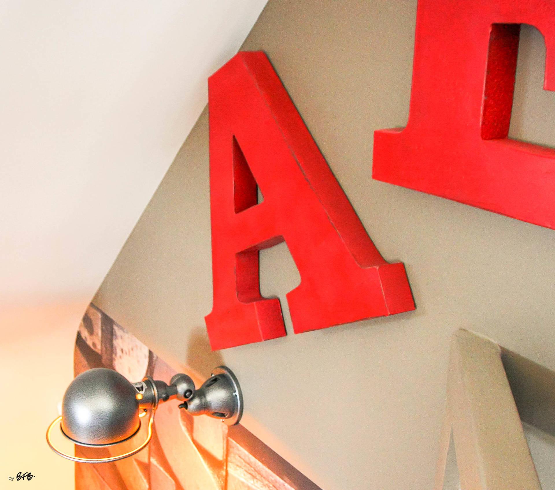 Réaménagement d'un hall d'entrée avec création ambiance à Guidel, by Agence BFB Lorient, lettres d'enseigne, rouges, lampe Jieldé