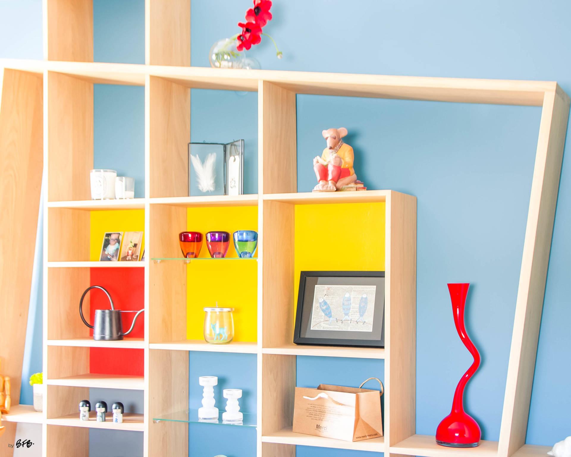 Réaménagement d'un hall d'entrée avec création ambiance à Guidel, by Agence BFB, focus sur la bibliothèque en chêne massif avec aplat de couleur