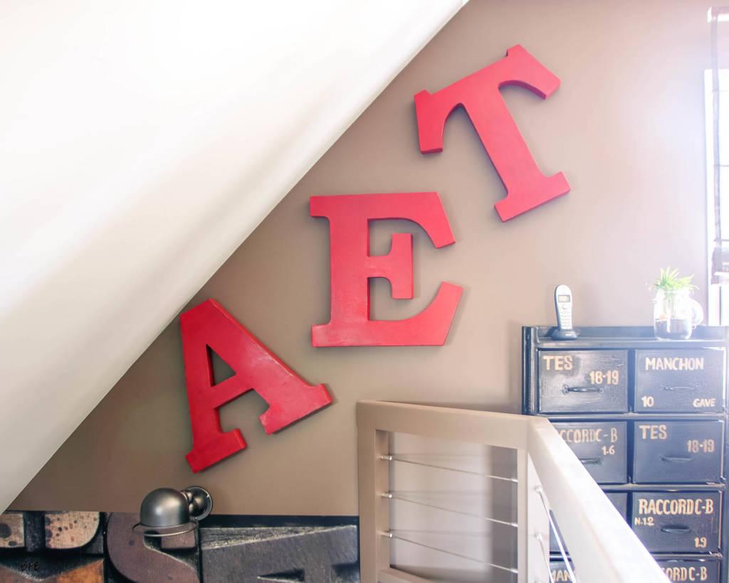 Réaménagement d'un hall d'entrée avec création ambiance à Guidel, by Agence BFB, rangement industriel et lettres d'enseigne rouges