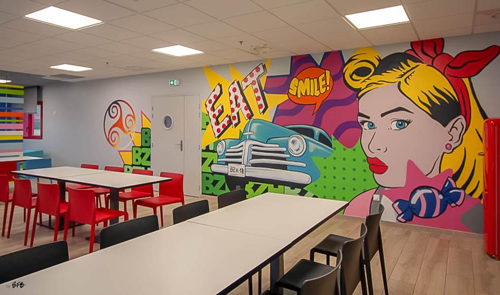 Aménagement et décoration Salle de Pause en agroalimentaire - Agence BFB Lorient, ïle de Ré - salle restauration Pontivy - Fresque murale peinte main Salle Pause Pontivy - Espace repas assis et fresque Pop Art
