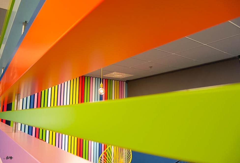 Aménagement et décoration Salle de Pause en agroalimentaire - Agence BFB Lorient, ïle de Ré - Claustra horizontal bois peint différentes épaisseurs salle restauration Pontivy
