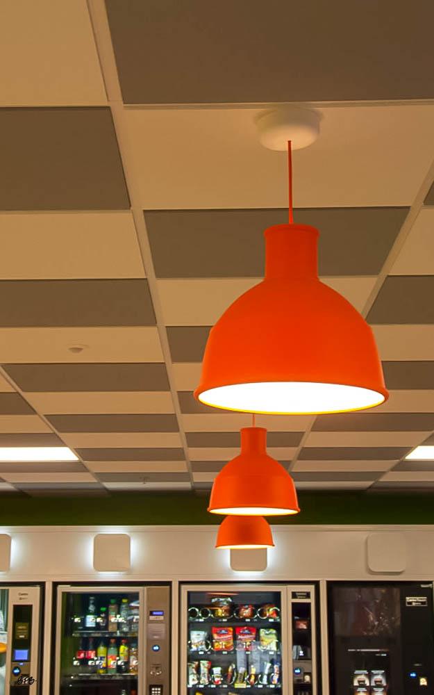 Aménagement Salle de pause entreprise agroalimentaire à Pontivy - Agence BFB Lorient - Damier de dalles au plafond - luminaires colores pour une ambiance Pop Art