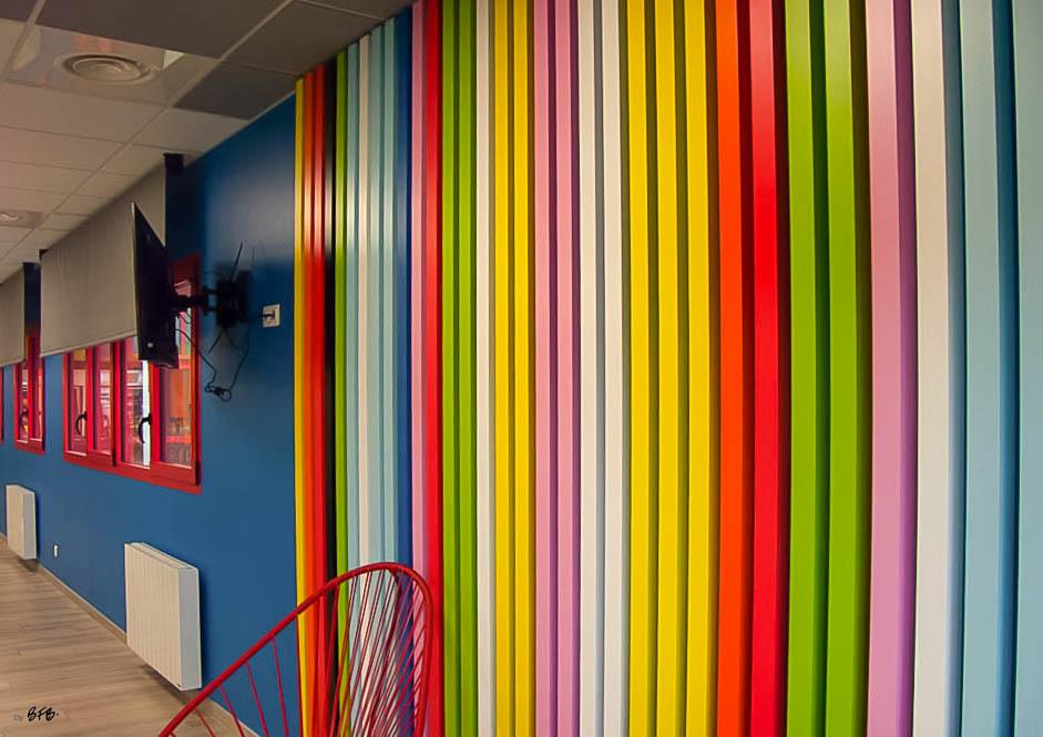 Aménagement et décoration Salle de Pause en agroalimentaire - Agence BFB Lorient, ïle de Ré - salle restauration Pontivy - claustra bois peint menuiserie alu rouge