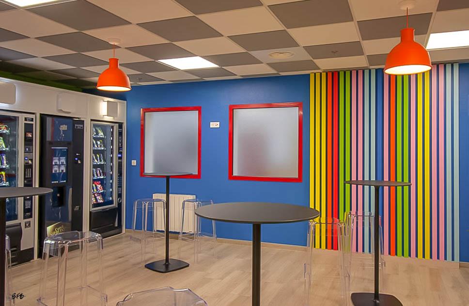 Aménagement et décoration Salle de Pause en agroalimentaire - Agence BFB Lorient, ïle de Ré - salle restauration Pontivy - - Pause café - décors muraux bois colorés style Pop Art