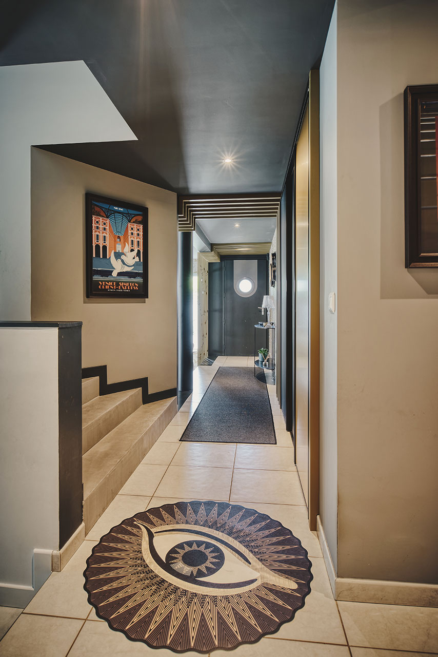 Ambiance Art-déco, rénovation, ameublement, projet global, Agence BFB Lorient et ile de Ré, vue du couloir de l'escalier graphique du claustra