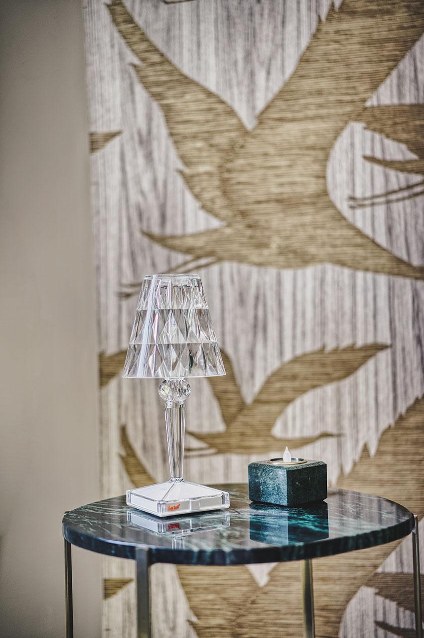 Ambiance Art-déco, rénovation, ameublement, projet global, Agence BFB Lorient et ile de Ré, papier peint doré, lampe cristal, table marbre vert