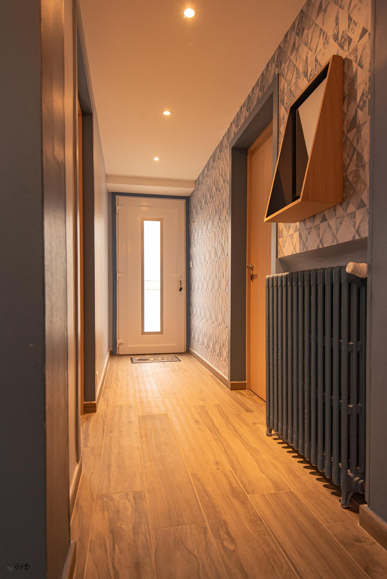 Création ambiance, rénovation, extension, maison à Brest, by Agence BFB Morbihan & Ile de Ré, l'entrée et son miroir bois @Drugeot Labo