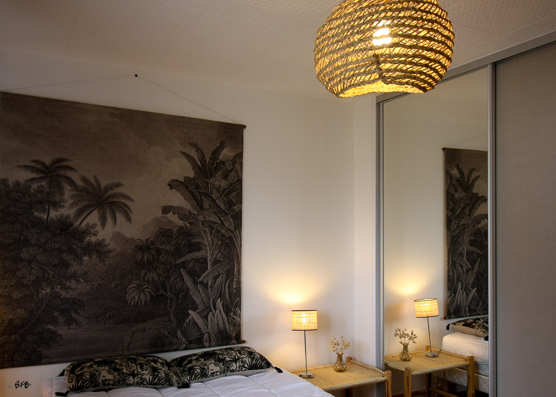 Rénovation appartement Ploemeur by Agence BFB Morbihan et Ile de Ré, la chambre détail tenture murale et lampe fibres naturelles