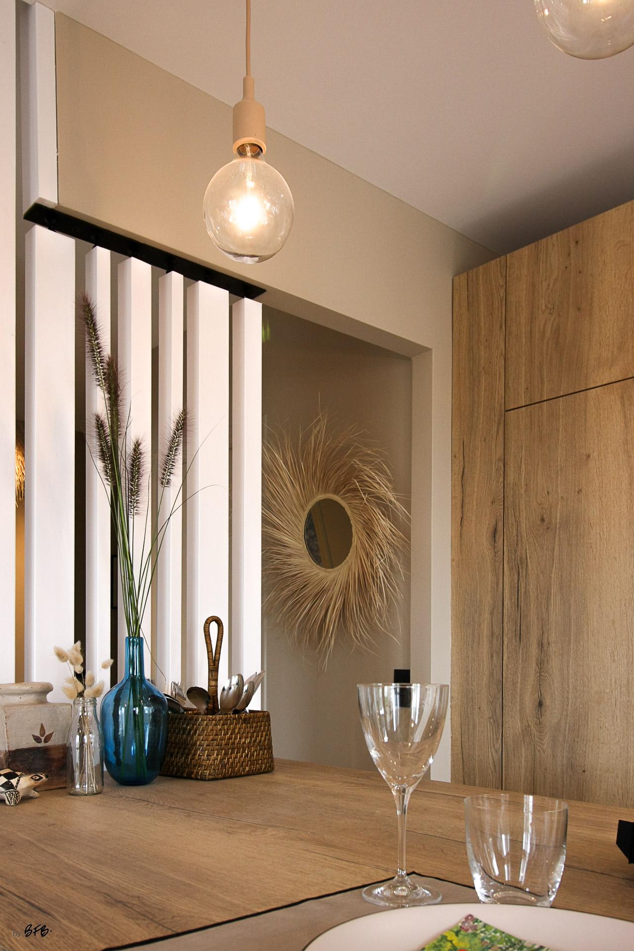 Rénovation appartement Ploemeur by Agence BFB Morbihan et Ile de Ré, la cuisine,le claustra, le miroir en fibres naturelles