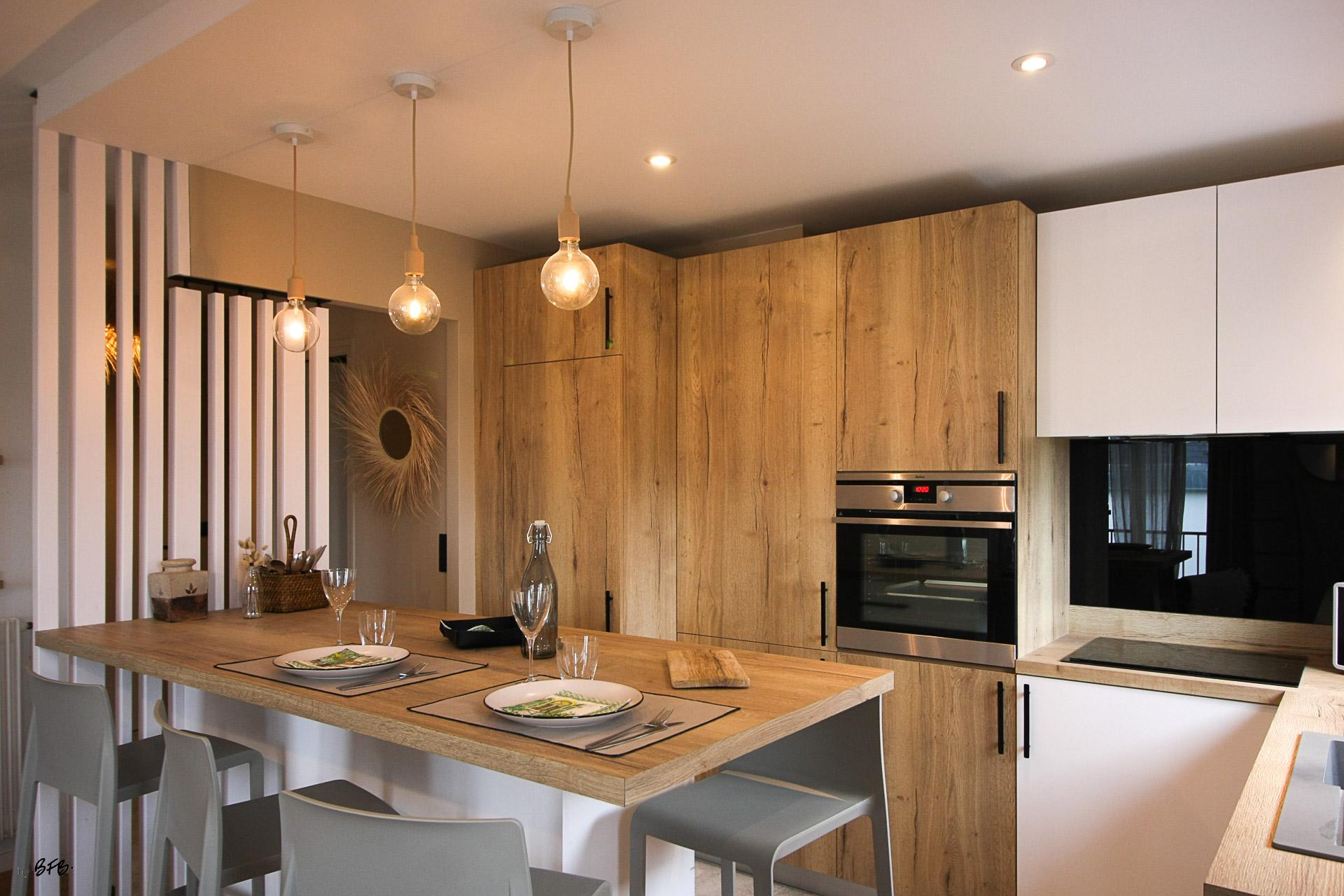 Rénovation appartement Ploemeur by Agence BFB Morbihan et Ile de Ré, espace cuisine ouvert sur le salon avec claustra séparateur, espace repas