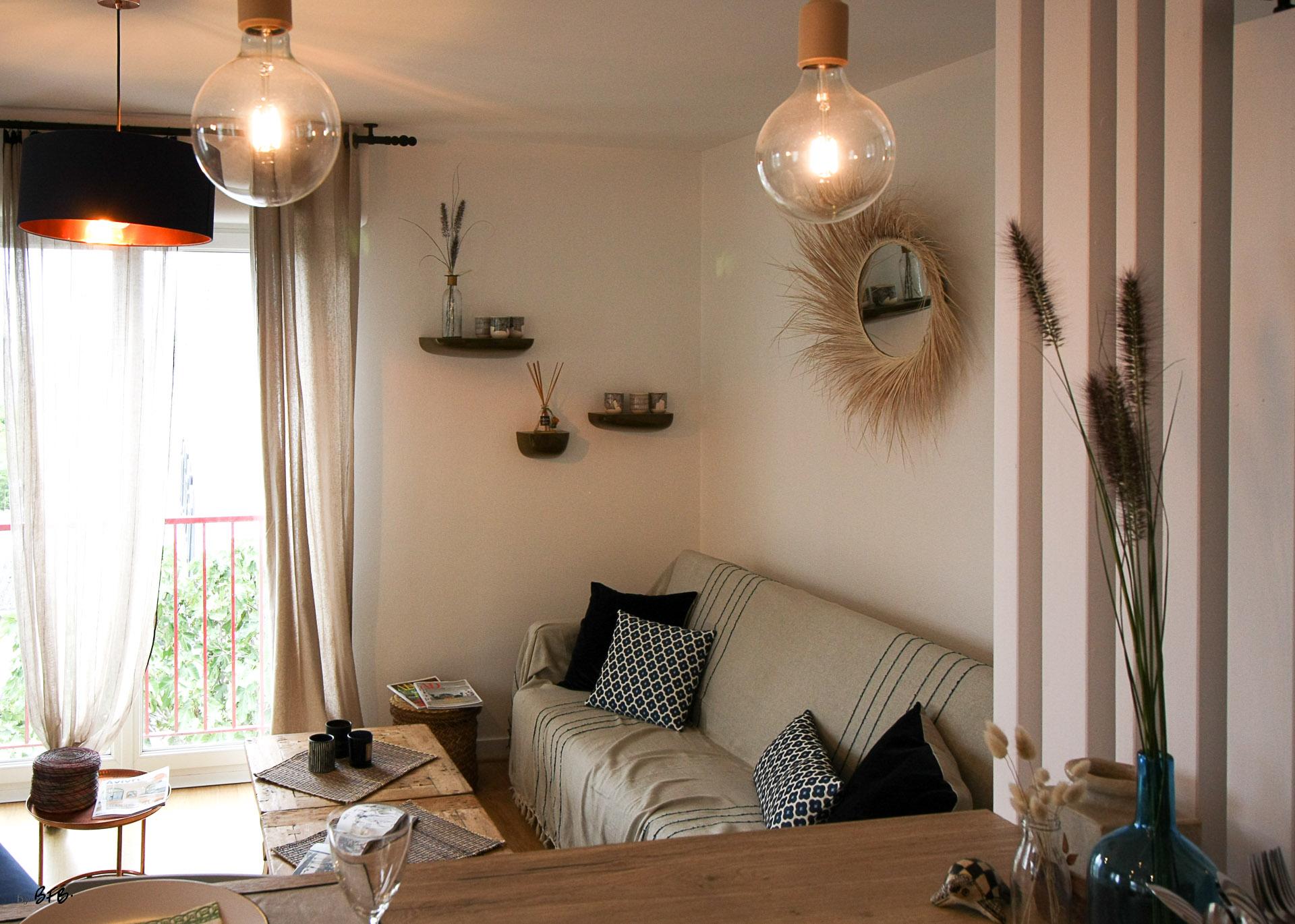 Rénovation appartement Ploemeur by Agence BFB Morbihan et Ile de Ré, espace cuisine ouvert sur le salon, canapé et table basse