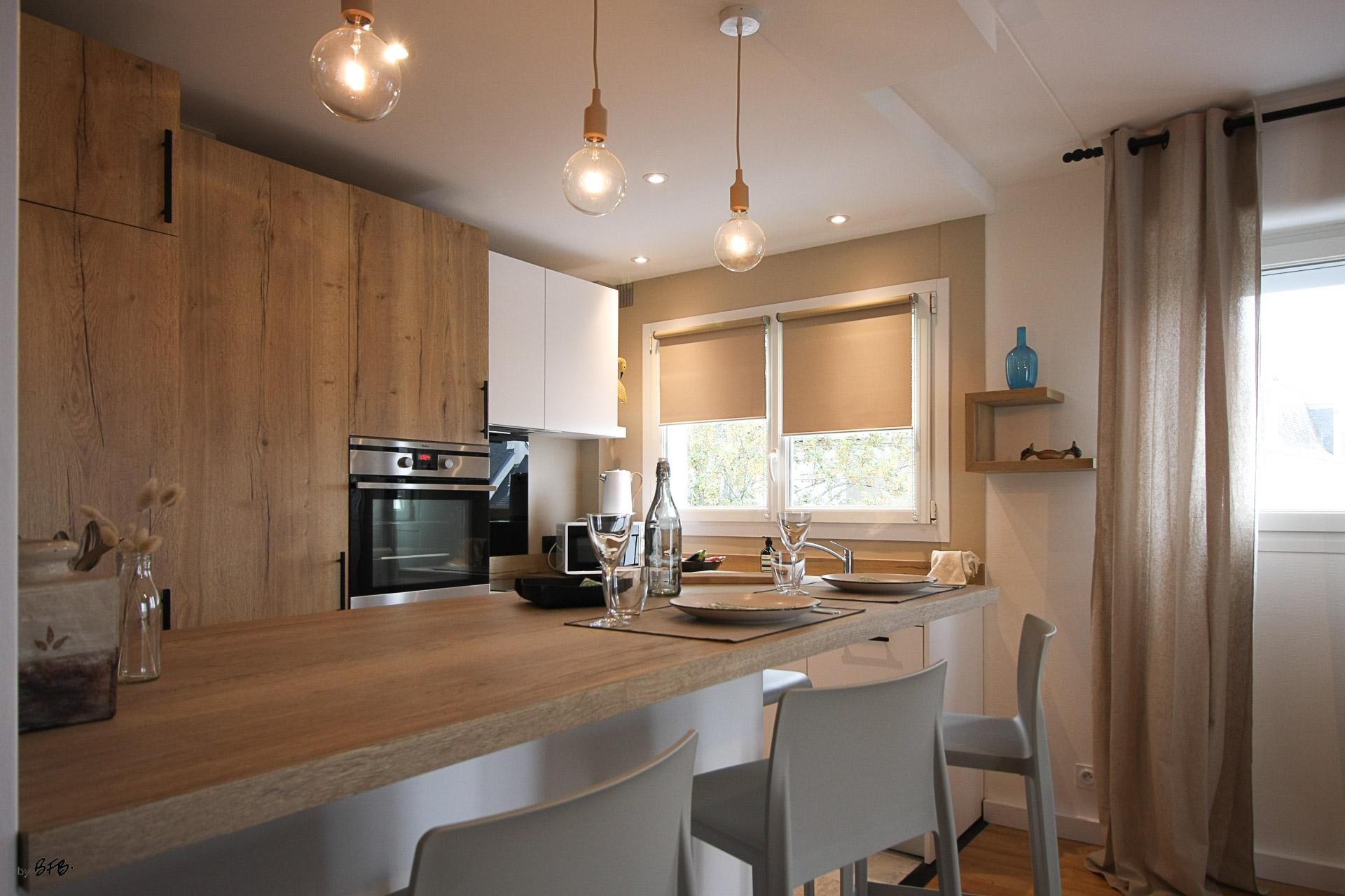 Rénovation appartement Ploemeur by Agence BFB Morbihan et Ile de Ré, espace repas et cuisine ouvert sur le salon