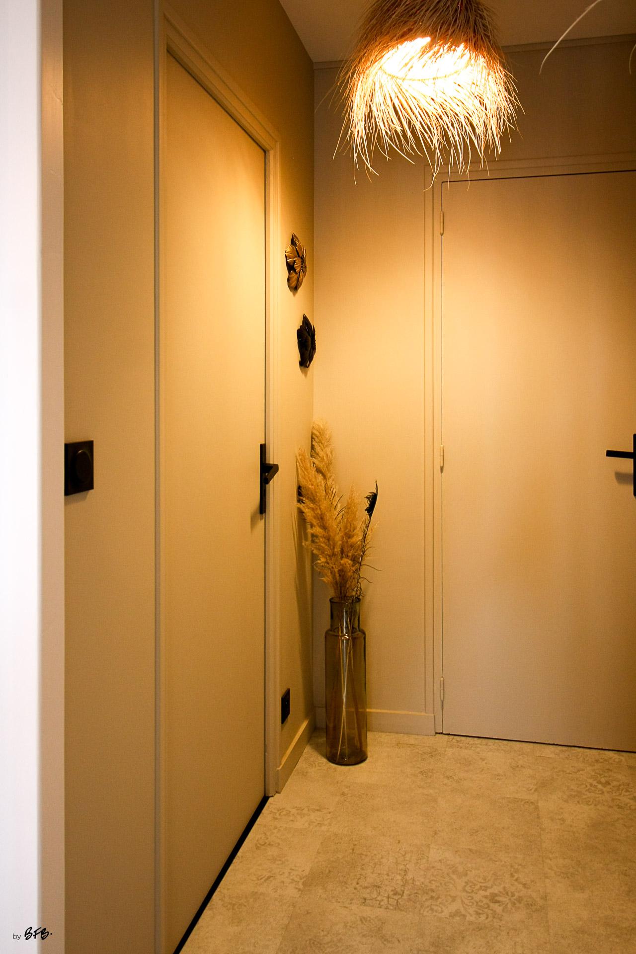 Rénovation appartement Ploemeur by Agence BFB Morbihan et Ile de Ré, entre deux portes, luminaire fibres naturelles