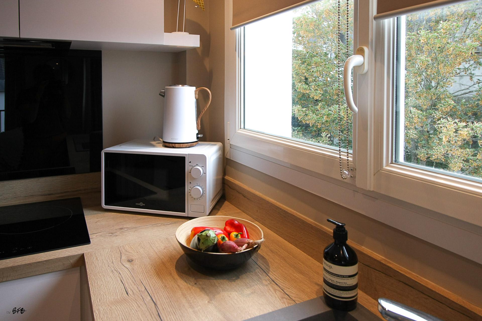 Rénovation appartement Ploemeur by Agence BFB Morbihan et Ile de Ré, la cuisine en bois chêne, coupe de légumes