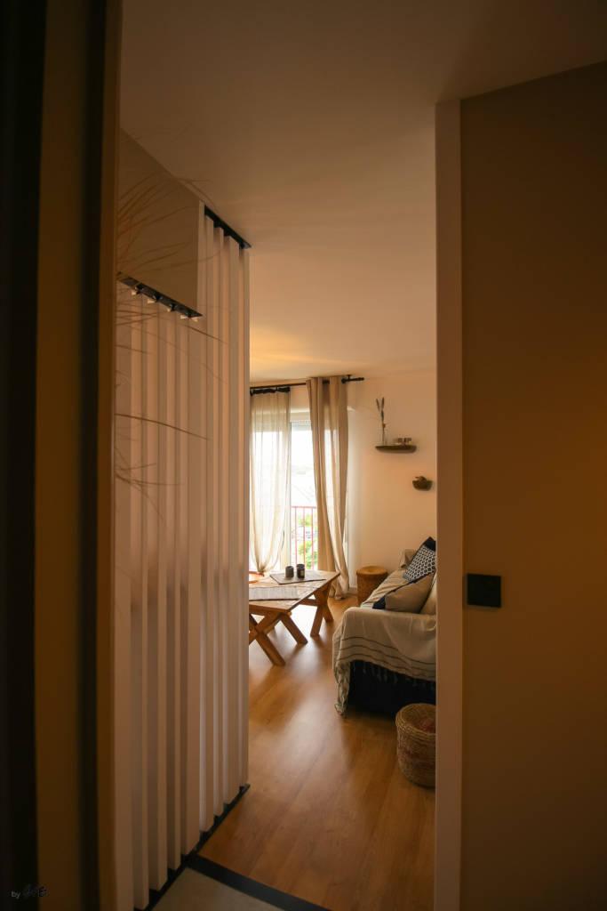 Rénovation appartement Ploemeur by Agence BFB Morbihan et Ile de Ré, claustra séparatif fait sur mesure, pour cacher l'espace repas
