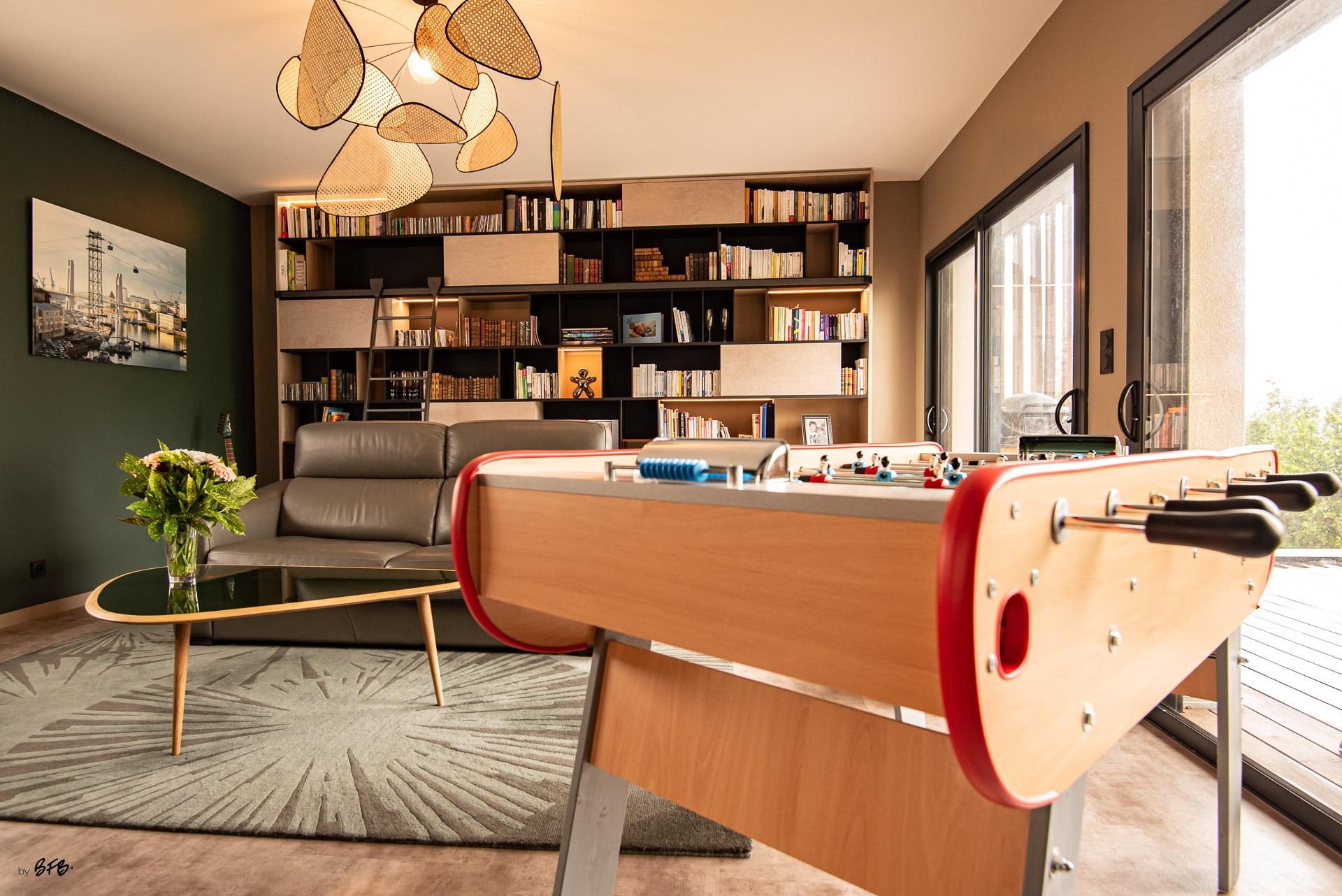 Création ambiance, rénovation, extension, maison à Brest, by Agence BFB Morbihan & Ile de Ré, le salon avec sa bibliothèque, son baby-foot, table @Red Edition