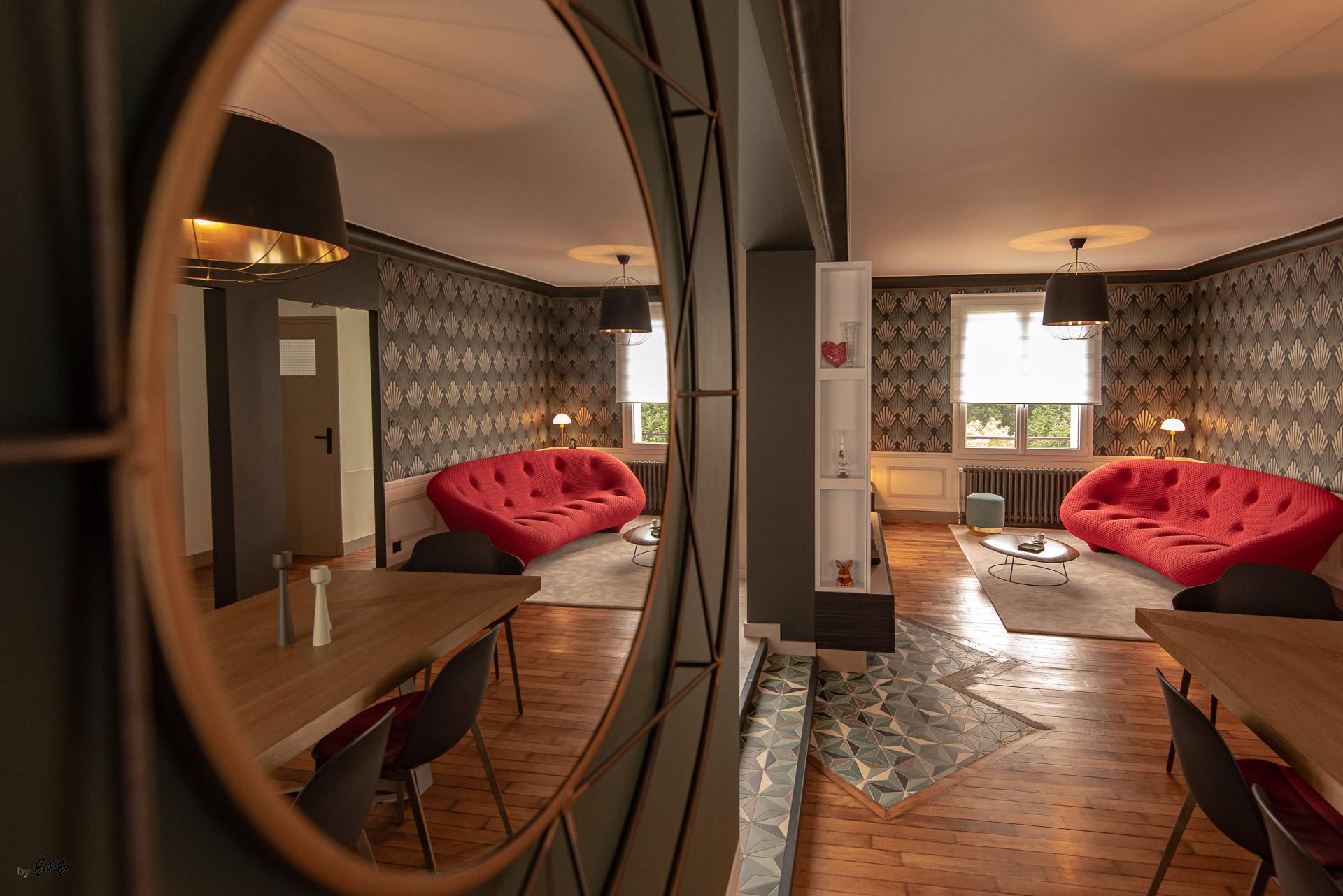 Création ambiance, rénovation, extension, maison à Brest, by Agence BFB Morbihan & Ile de Ré, miroir Art-Déco, canapé rouge, mur vert et papier Art-déco