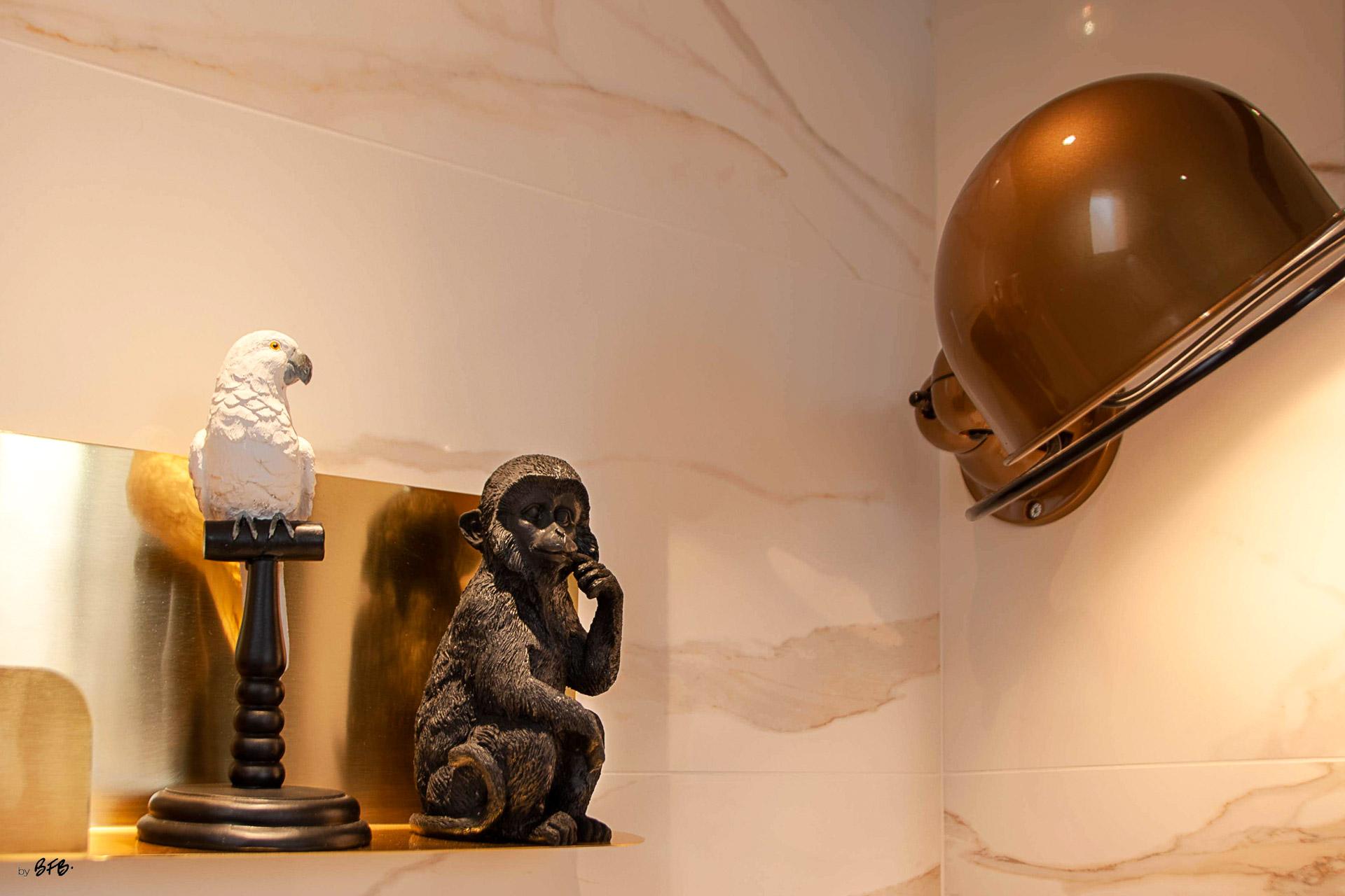 Suite parentale sur le thème des voyages, by Agence BFB, Morbihan et île de Ré, salle d'eau en marbre blanc et lampe @Jieldé couleur bronze