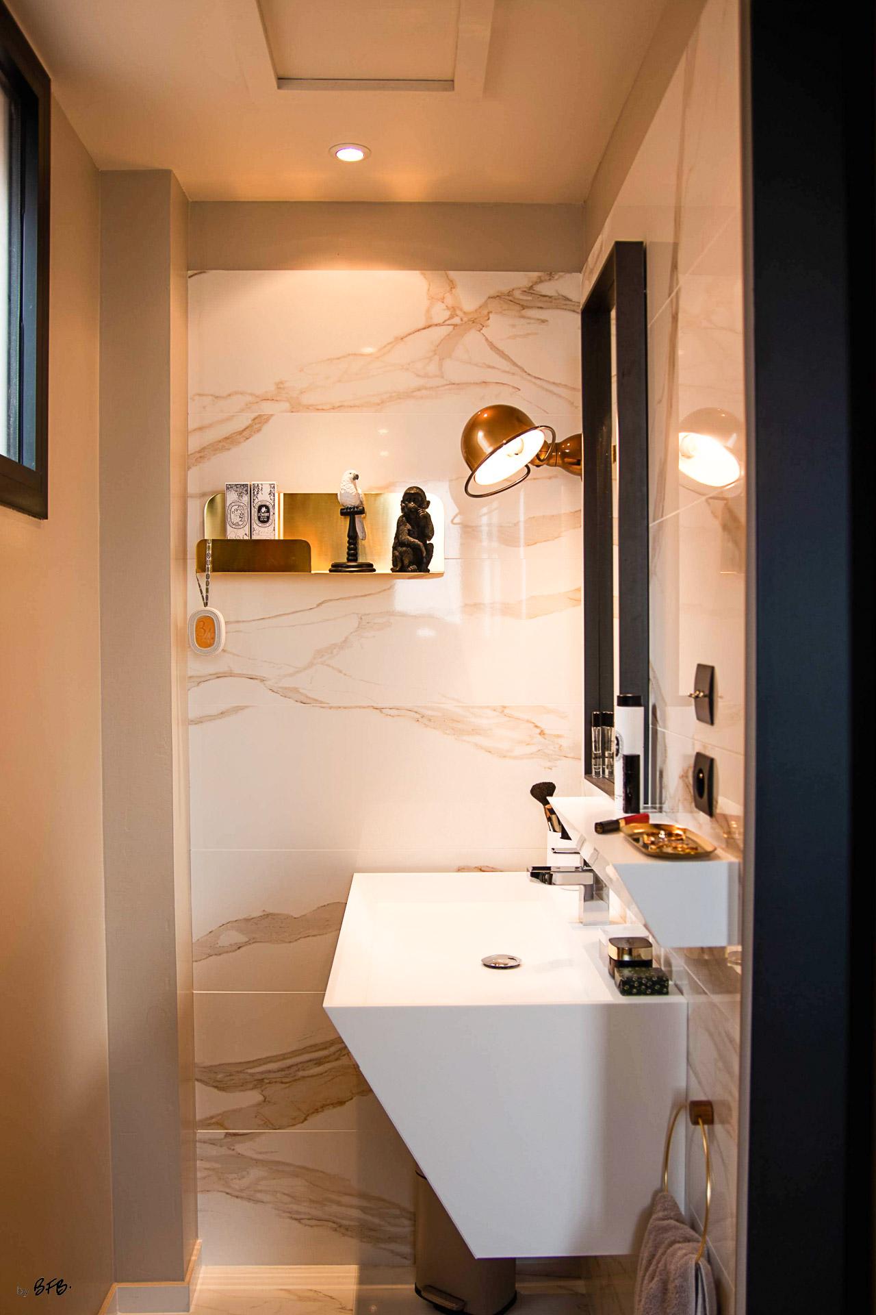 Suite parentale sur le thème des voyages, by Agence BFB, Morbihan et île de Ré, une vasque en @Korian de chez @Porcelanosa, marbre blanc