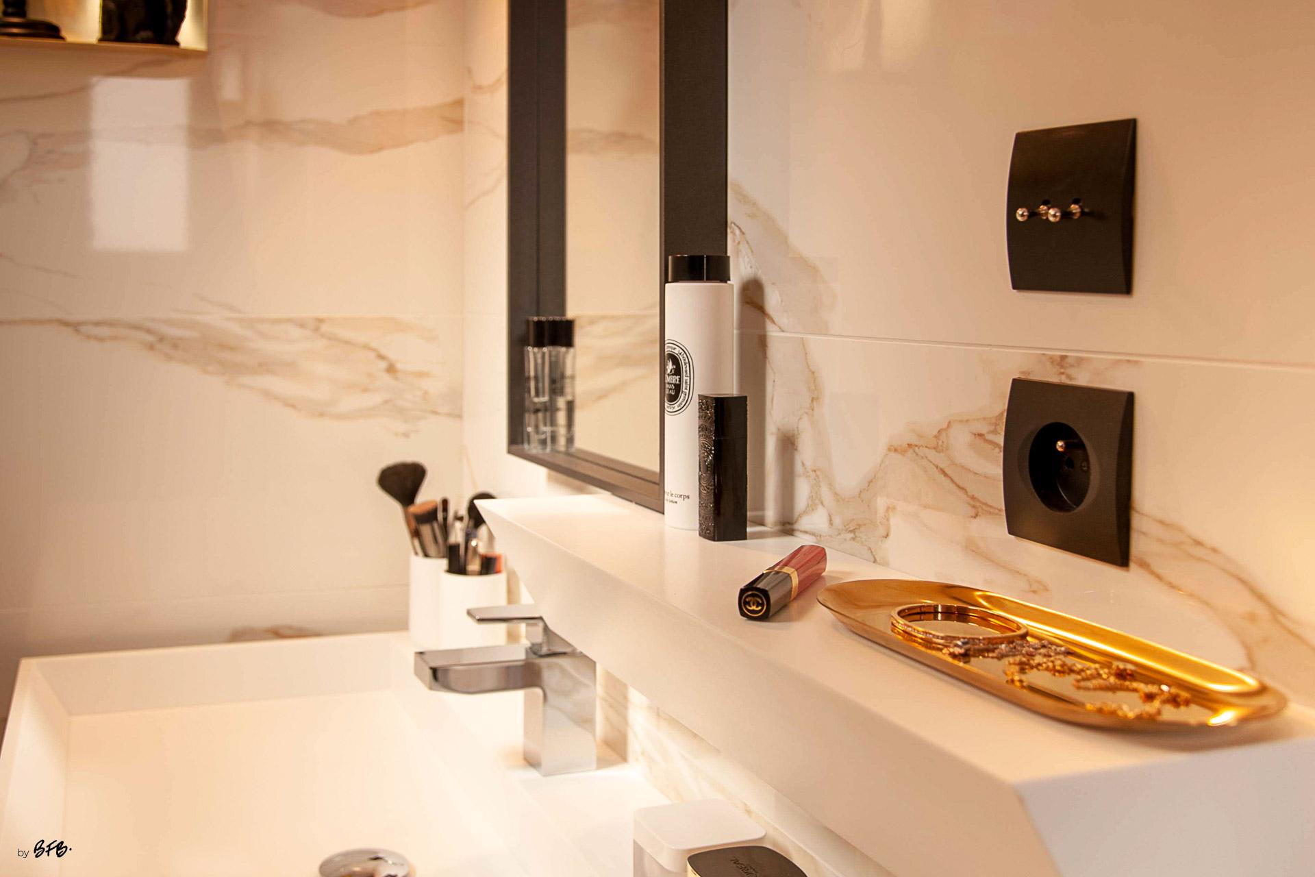 Suite parentale sur le thème des voyages, by Agence BFB, Morbihan et île de Ré, salle d'eau marbre blanc, @Enostudio