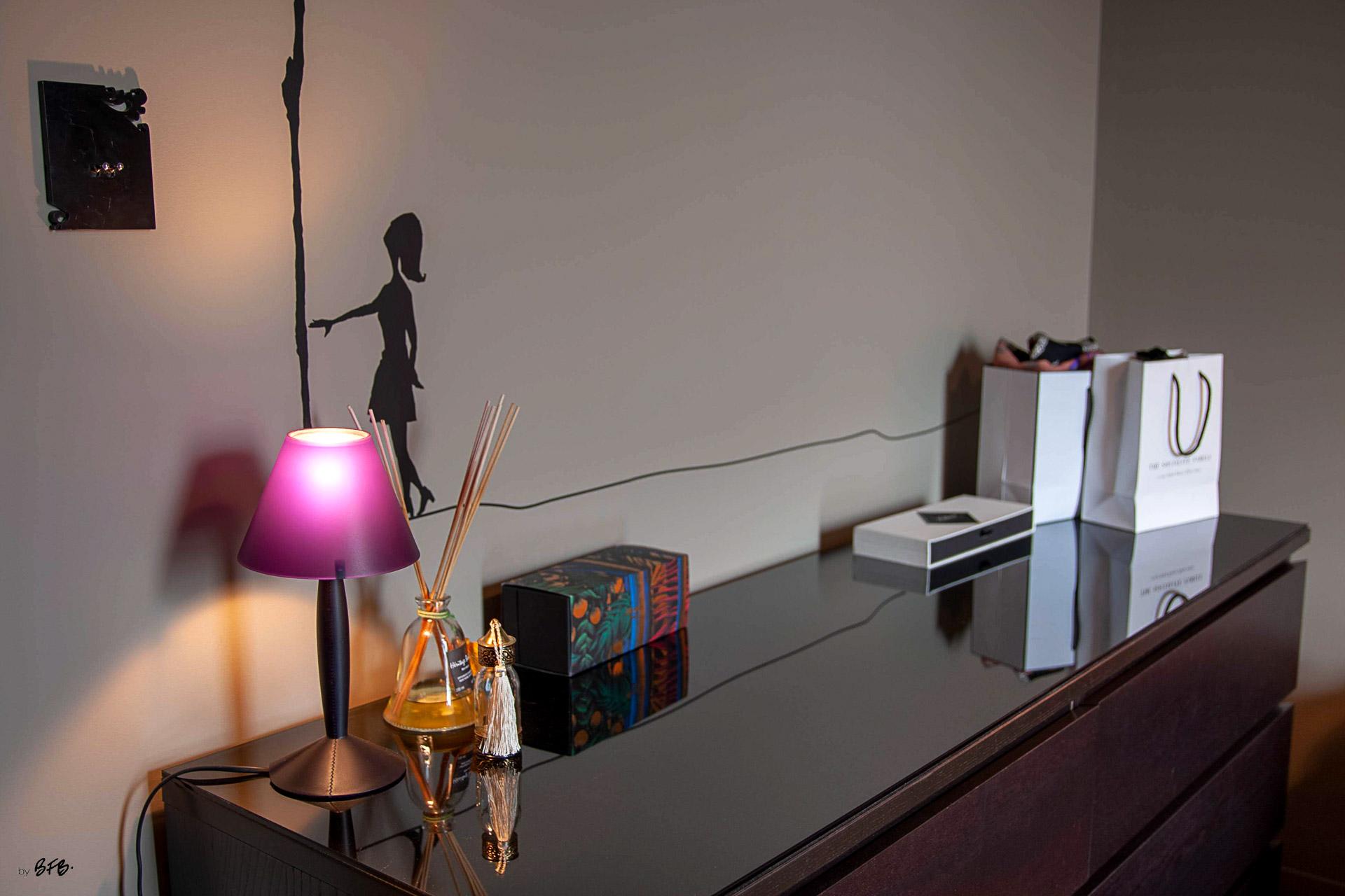 Suite parentale sur le thème des voyages, by Agence BFB, Morbihan et île de Ré, petite lampe de @Starck et bougies @Dyptique