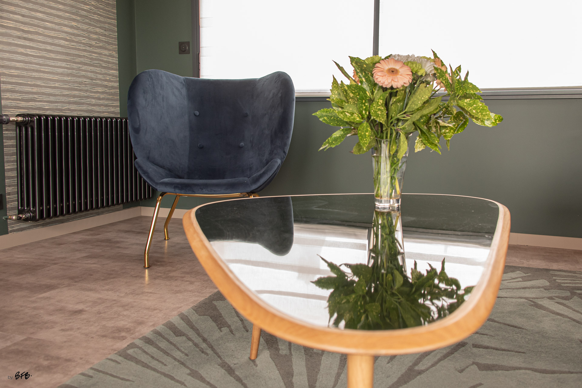 Création ambiance, rénovation, extension, maison à Brest, by Agence BFB Morbihan & Ile de Ré, fauteuil bleu en velours, tapis vert @Red Edition et revêtement mural @Arte