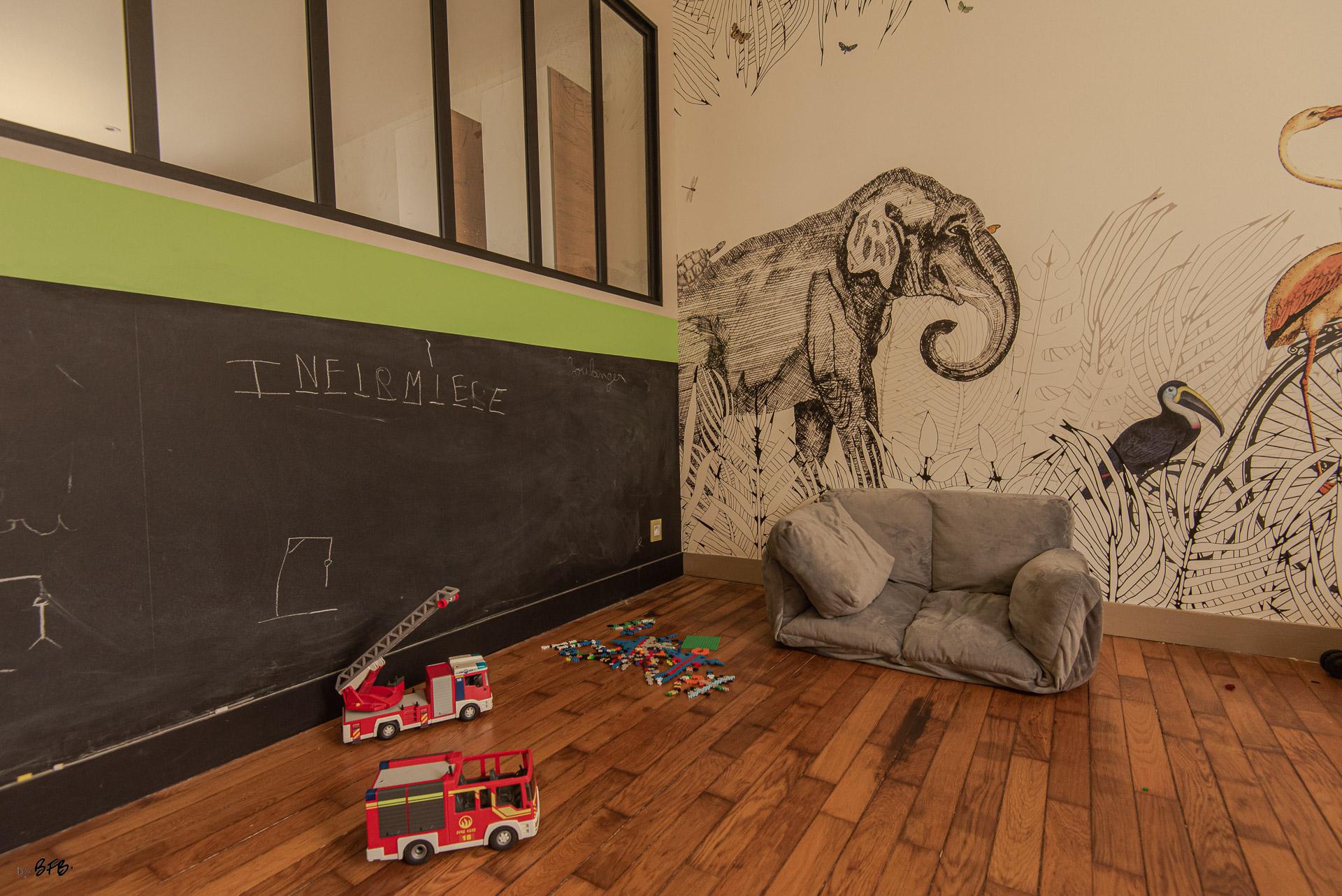 Création ambiance, rénovation, extension, maison à Brest, by Agence BFB Morbihan & Ile de Ré, salle de jeux avec verrière, tableau noir et décor mural @Au fil des couleurs